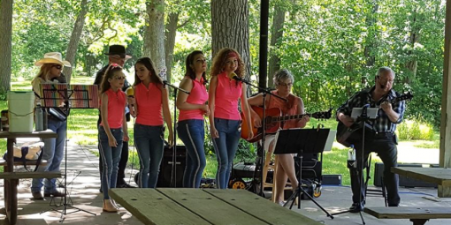singers entertain under the shade of the picnic shelter